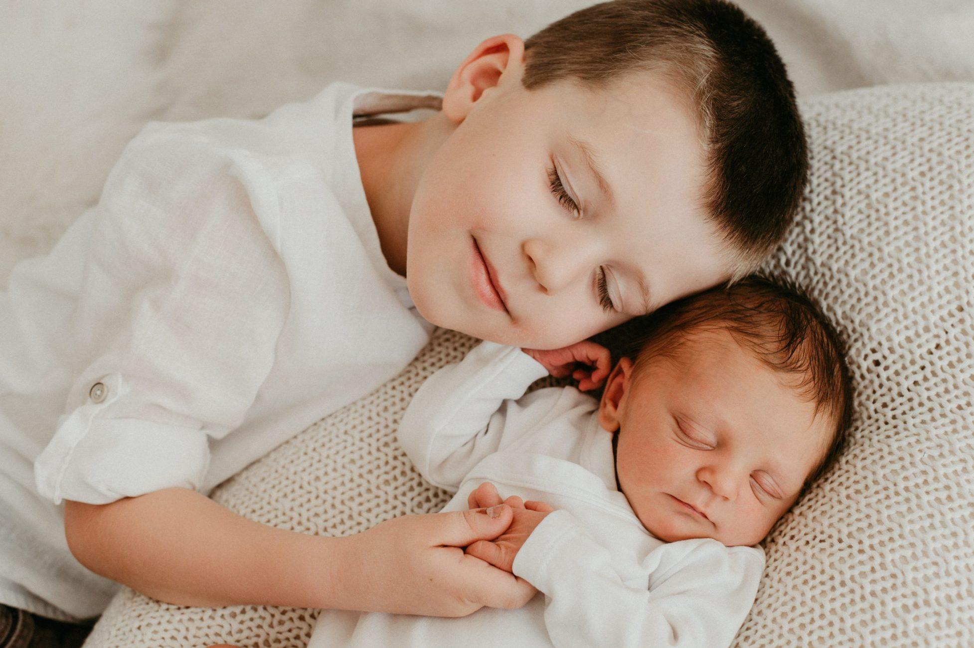 Natürliche und emotionale Neugeborenenfotos und Babyfotos von der Fotografin Julia Aßmann in Hamburg, Buxtehude, Stade, Jork im Studio